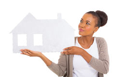 Donna africana che presenta casa Immagini Stock
