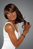 Donna africana con capelli lunghi fotografia stock libera da diritti
