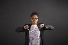 Donna africana con dei pollici il segnale manuale giù sul fondo della lavagna Fotografie Stock Libere da Diritti