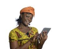 Donna africana con il PC della compressa Fotografie Stock