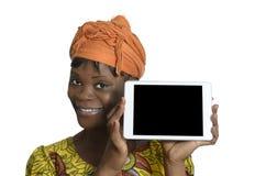 Donna africana con il PC della compressa Fotografia Stock