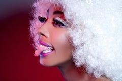 Donna africana con la linguetta e la parrucca penetranti Immagine Stock Libera da Diritti