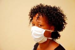 Donna africana con la mascherina di influenza dei maiali Immagini Stock Libere da Diritti