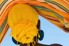 Donna africana con la sciarpa capa variopinta Fotografia Stock Libera da Diritti