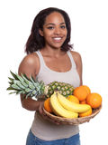 Donna africana con un canestro dei frutti Fotografia Stock Libera da Diritti