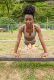 Donna africana del giovane atleta che fa sedere-UPS Immagini Stock Libere da Diritti