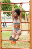 Donna africana del giovane atleta che fa sedere-UPS Fotografia Stock Libera da Diritti