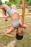 Donna africana del giovane atleta che fa sedere-UPS Fotografia Stock