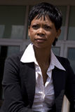 Donna africana di affari all'esterno fotografia stock