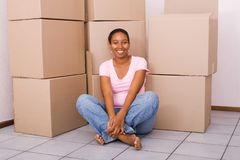 Donna africana in nuova casa Fotografia Stock Libera da Diritti
