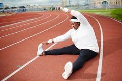 Donna africana positiva del corpo che fa allungando esercizio Immagini Stock Libere da Diritti