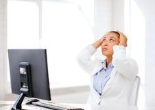 Donna africana sollecitata con il computer Immagine Stock Libera da Diritti