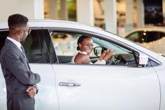 Donna africana sorpresa in macchina nuovo, regalo per la mia bella moglie fotografie stock libere da diritti
