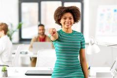 Donna africana sorridente che indica voi all'ufficio Fotografia Stock Libera da Diritti