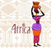 Donna africana in vestito etnico sul fondo dell'ornamento Immagini Stock
