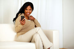 Donna Afro-american che indica il suo cellulare Immagini Stock Libere da Diritti