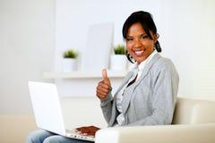 Donna afro-american positiva che osserva a voi Fotografia Stock