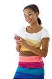 Donna afro sorridente che per mezzo del telefono mobile Fotografie Stock