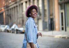 Donna afroamericana alla moda che ascolta la musica Immagini Stock