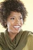 Donna afroamericana allegra che distoglie lo sguardo sopra il fondo colorato immagini stock
