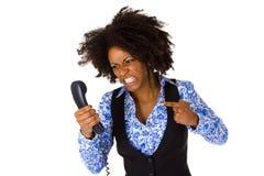 Donna afroamericana arrabbiata con il microtelefono immagine stock