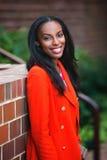Donna afroamericana attraente felice che sorride attrezzatura all'aperto d'uso di autunno Fotografia Stock Libera da Diritti