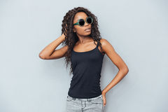 Donna afroamericana attraente in vetri Fotografia Stock Libera da Diritti