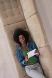 Donna afroamericana a casa con la vista superiore della compressa digitale Fotografia Stock Libera da Diritti