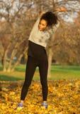Donna afroamericana che allunga allenamento di esercizio dei muscoli Immagini Stock Libere da Diritti