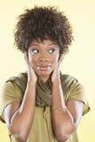 Donna afroamericana che guarda lateralmente sopra il fondo colorato immagine stock