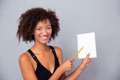 Donna afroamericana che mostra taccuino in bianco Immagini Stock