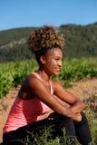 Donna afroamericana che riposa dopo l'allenamento Immagini Stock