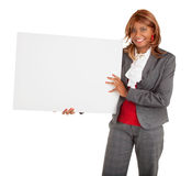 Donna afroamericana che tiene un segno bianco in bianco Fotografie Stock