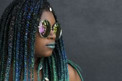 Donna afroamericana con bello Teal Green Blue Braids immagine stock