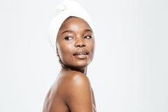 Donna afroamericana con l'asciugamano sulla testa fotografie stock
