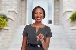 Donna afroamericana di agente immobiliare con la chiave Fotografie Stock