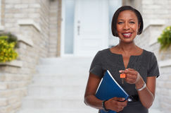 Donna afroamericana di agente immobiliare con la chiave Fotografia Stock Libera da Diritti
