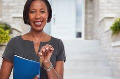 Donna afroamericana di agente immobiliare con la chiave Immagini Stock