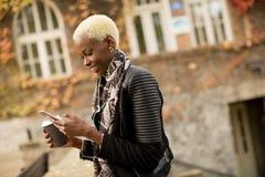 Donna afroamericana di Atrractive nel parco di autunno Immagini Stock Libere da Diritti