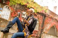 Donna afroamericana di Atrractive nel parco di autunno Immagine Stock