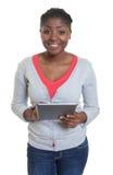 Donna afroamericana di risata con la compressa Immagine Stock