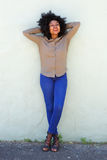 Donna afroamericana felice che sta con le mani dietro la testa Fotografia Stock