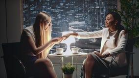Donna afroamericana graziosa di affari che mostra il suo anello di fidanzamento all'amico stock footage