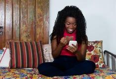 Donna afroamericana incoraggiante con il telefono Fotografie Stock Libere da Diritti