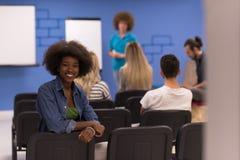 Donna afroamericana informale di affari del ritratto Fotografia Stock
