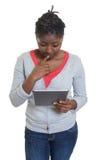 Donna afroamericana lavorante con la compressa Fotografia Stock Libera da Diritti