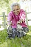 Donna afroamericana senior che si esercita nel parco Fotografie Stock
