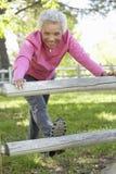 Donna afroamericana senior che si esercita nel parco Fotografia Stock