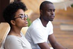 Donna afroamericana seria che si siede in caffè, guardante nel dista fotografia stock