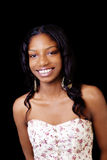 Donna afroamericana sorridente che sta in vestito Fotografie Stock